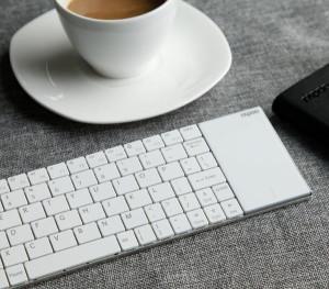 Rapoo E2710 –bezprzewodowa klawiatura z touchpadem do obsługi multimediów